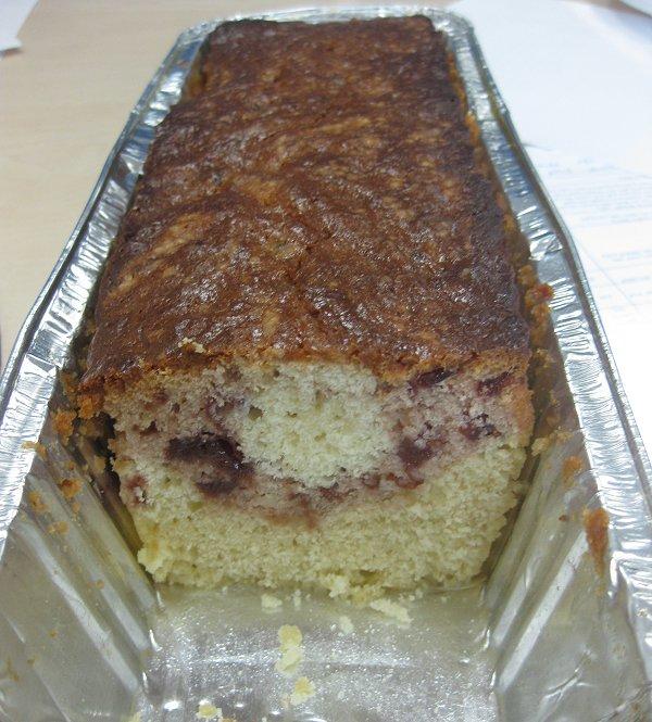 עוגת שקדים וקונפיטורת דובדבנים