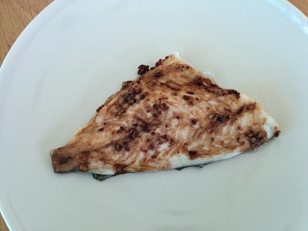 פילה דג דניס אפוי עם חרדל, שום ורוטב סויה