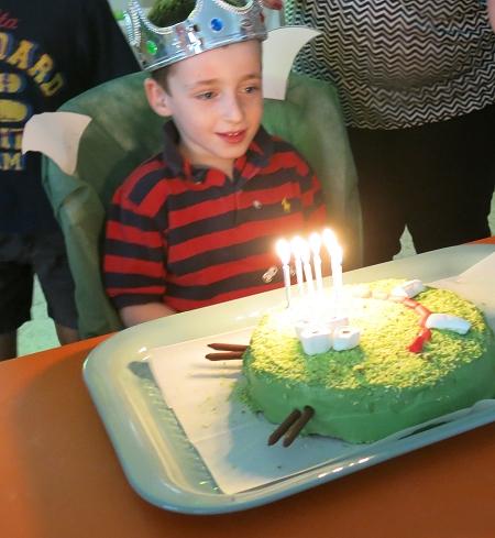 יאיר מכבה את הנרות על עוגת המפלצת