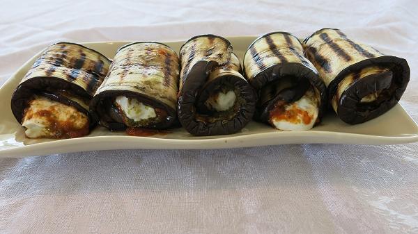 גלילות חצילים במילוי רוטב עגבניות, פסטו וממרח גבינת עיזים ורוקפור