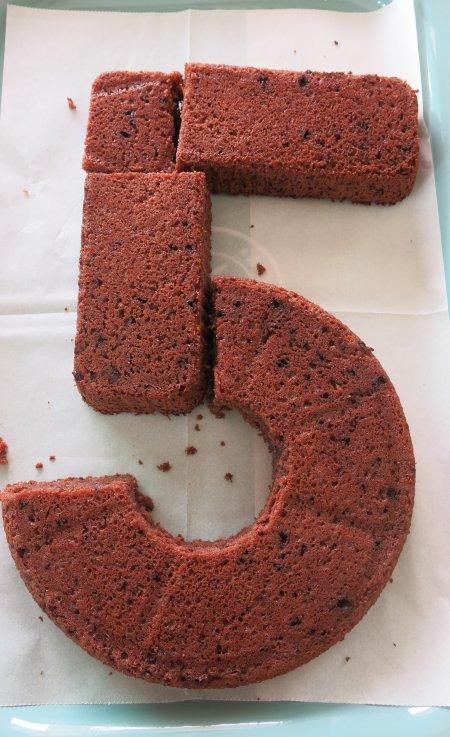 עוגת יום הולדת בצורת המספר 5 - שלב חמישי