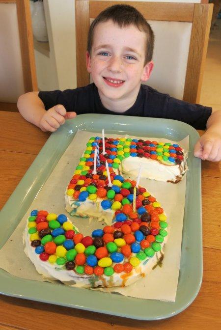 עוגת יום הולדת בצורת המספר חמש 5