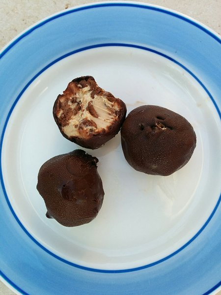 כדורי חמאת בוטנים ושוקולד צ'יפס בציפוי שוקולד