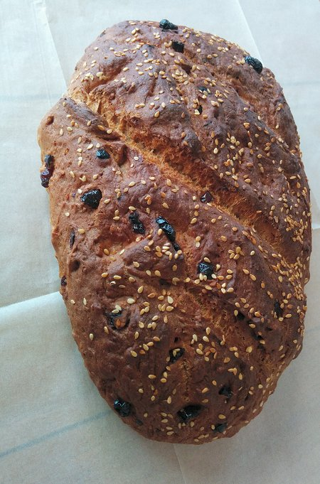 לחם כפרי עם חמוציות מיובשות ואגוזי מלך