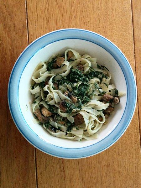 אטריות אורז ברוטב שמנת, תרד ופטריות (טבעוני וללא גלוטן)