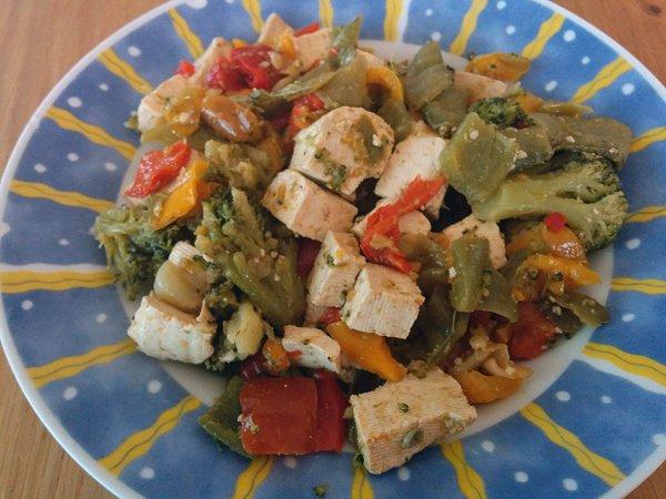 טופו מוקפץ עם ירקות בסויה וצ'ילי מתוק
