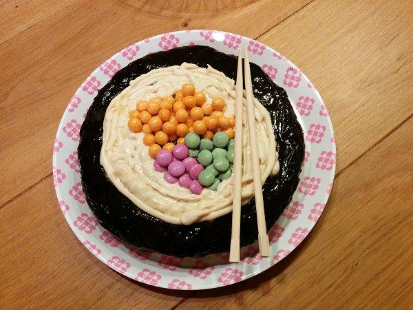 עוגת יום הולדת בצורת סושי sushi birthday cake