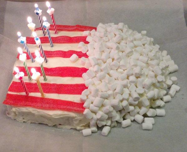 עוגת יום הולדת בצורת מיכל פופקורן