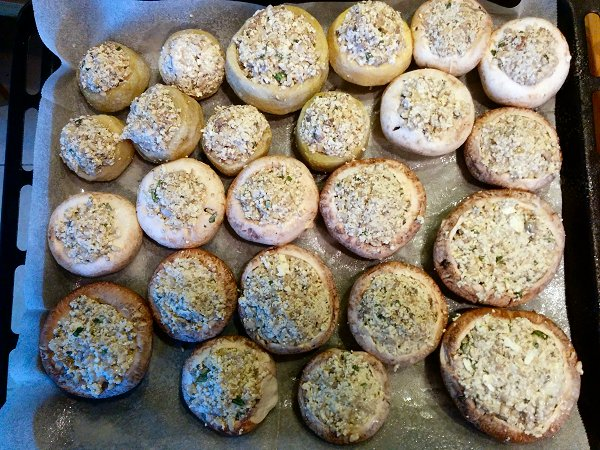 לפני הכניסה לתנור - תחתיות ארטישוק ופטריות ממולאות בטופו, פטריות ואורז מלא