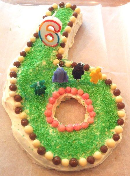 עוגת יום הולדת בצורת המספר שש
