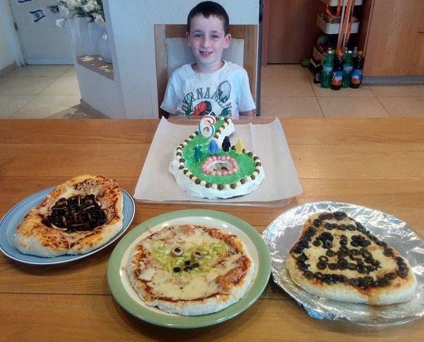 יאיר עם עוגת יום הולדת בצורת המספר שש ופיצות star wars