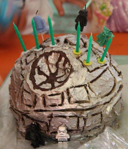 עוגת יום הולדת בצורת כוכב המוות מהסרט Star Wars (מלחמת הכוכבים) Death Star Birthday Cake