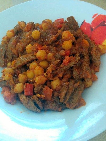 תבשיל טבעוני של גרגירי חומוס ושווארמה צמחונית ברוטב עגבניות