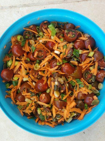 סלט עגבניות שרי, גזר ובצל ירוק